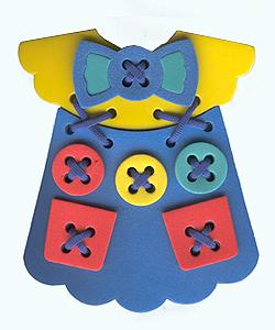 Игра-шнуровка Платье в ассортименте45324Одним из самых эффективных способов развития мелкой моторики являются игры-шнуровки. При выполнении узоров обращайте внимание ребенка на количество линий в рисунке, на размер линий (длинная, короче, самая короткая), на их направление (горизонтально, вертикально или по диагонали) и на их расположение на поле (справа, слева, вверху, внизу). Познакомьте ребенка с понятием симметрия, сделав несколько симметричных рисунков или узоров. Расскажите ребенку о простейших геометрических фигурах, изображая их шнурками:прямая, отрезок, ломаная линия, угол, треугольник, квадрат, прямоугольник, многоугольник. Кроме этого, используя данную игру, вы можете познакомить малыша с различными типами швов, научить пришивать пуговицыи карманы.
