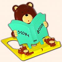 Подставка для книг Мишка, зеленая1610922Читать книжку или решать задачки приятно в компании веселого и умного мишки. Подставка снабжена регулятором наклона, лапки медвежонка не позволят закрыться книжке на самом интересном месте, карандаш или ручка всегда будут под рукой, на верхней планке есть деления на сантиметры. И самое главное! В комплект к подставке входит спирограф - линейка с зубчатыми отверстиями. К ней даются зубчатые колесики, с нанесенными по спирали отверстиями. Вставив ручку в одно из отверстий в колесике и, перемещая его внутри зубчатого отверстия, можно, обладая определенным навыком, вычерчивать различные узоры. Зубчатые колесики закреплены на линейке специальными предохранителями - если их всегда класть на место, то просто невозможно потерять!