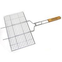 Решетка-гриль Forester, 26 х 45 cмBQ-N02Предлагаемая вашему вниманию решетка-гриль Forester предназначена для запекания мяса, птицы, рыбы, овощей на углях. Решетка изготовлена из высококачественной стали с пищевым никелированным покрытием. Особая конструкция решетки со специальными усиками позволит вам удобно расположить на барбекю или мангале. Решетка-гриль оснащена удобными деревянными ручками. Характеристики: Артикль: BQ-N02. Материал: сталь. Размер решетки: 26 см х 45 см. FORESTER - брэнд с широкими интернациональными традициями и в этом секрет его успеха. FORESTER впитал в себя самое лучшее из созданного предшественниками, поэтому продукция фирмы - это все самое качественное для вашего пикника! Разработано компанией Ruyan Co, Германия.