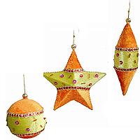 Набор новогодних подвесных украшений, оранжевый12662Винтажный дизайн этого новогоднего набора украшений не оставит равнодушным ни Вас, ни Ваших гостей. В набор входят три елочных игрушки, декорированных зеленым и оранжевым текстилем, стеклярусом, пайетками и бусинами различных цветов и размеров, блестящими лентами, золотистой тесьмой и проволокой. Металлический корпус не даст украшениям разбиться или деформироваться при падении и гарантирует их долговечность. Наборы подвесных украшений из серии Винтаж удивят Вас многообразием дизайнов и красок, гармонично дополнят праздничный интерьер Вашего дома, привнеся в него экзотические нотки. Аксессуарами можно украсить елку или же просто дарить друг другу в качестве оригинальных сувениров.