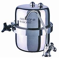 Водоочиститель многоступенчатый Аквафор Фаворит В 15016017Водоочиститель для очистки питьевой водопроводной воды Аквафор Фаворит В 150 незаменим в современной жизни. Безупречную очистку воды от растворимых примесей обеспечивает сменный модуль с градиентной пористостью, изготовленный из двух коаксинально расположенных карбоноблоков. Благодаря использованию хелатного ионообменного волокнистого сорбента Аквален, фильтр Аквафор Фаворит В 150 эффективно удаляет катионы тяжелых металлов даже из воды с повышенной жесткостью, а также полностью задерживает ржавчину. Отдельный кран для чистой воды делает использование фильтра очень удобным: просто откройте кран и наберите воду. Чистая вода доступна в любое время и в любом количестве. Водоочиститель свободно размещается в лбом удобном месте прямо под раковиной. Оригинальная гибкая подводка позволяет надежно и без труда подключить фильтр к водопроводу. До блеска отполированный корпус из пищевой нержавеющей стали не боится коррозии и механических повреждений, а также сохраняет...