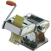Машинка для нарезки лапши Pasta Maker2560000Машинка для нарезки лапши Pasta Maker отлично поможет Вам в нарезке лапши или макарон из теста собственного приготовления. Машинка выполнена из нержавеющей стали и очень проста в использовании. Она прикручивается к краю стола при помощи специального зажима. Машинка оснащена: - двумя валиками для раскатки теста, с возможностью регулировки толщины пласта; - валиком для нарезки плоской лапши; - валиком для нарезки спагетти. Такая машинка всегда гарантирует Вам отменное блюдо на ужин! Комплектация: машинка с валиком для раскатки, насадка с двумя валиками для нарезки, ручка, держатель для стола (приспособление для крепления машинки на стол).