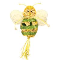 Пасхальное декоративное украшение Пчелка. 1623016230Пасхальное украшение выполнено в виде декоративной композиции - пчелки. Пчелка выполнена из стружек, бумаги и украшена бусинами. Декоративное украшение Пчелка отлично дополнит интерьер вашей комнаты и будет хорошим подарком на пасху. Характеристики: Материал: стружки, бумага. Высота пчелки: 10 см. Производитель: Китай. Артикул: 16320.
