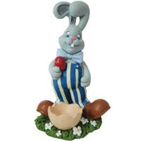 Пасхальное украшение Кролик. 1633516335Пасхальное украшение выполнено в виде декоративной композиции - кролика, держащего в лапах пасхальное яйцо. Кролик одет в синие полосатые штаны, большие ботинки, на шее у него - большой бант. Рядом с кроликом расположена декоративная скорлупа яйца, в которую можно класть пасхальное яйцо. Декоративное украшение Кролик отлично дополнит праздничный стол и будет хорошим подарком на пасху. По давней европейской традиции пасхальный заяц на праздник оставляет в подарок хорошим детям гнездо или корзинку с разноцветными яйцами.
