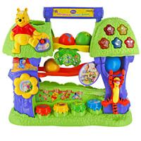 Обучающее дерево Винни. Обучающая игрушка120199Обучающее дерево Винни - обучающая игрушка, способствующая развитию понимания речи, памяти, логики и внимания малыша. Опускайте цветные шарики в крону дерева и следите за их движением, слушайте издаваемые звуки и мелодии. Ваш малыш научится не только считать и различать цвета, но и будет отвечать на вопросы, слушать забавные фразы и веселые мелодии. Шевелите листья, нажимайте на Тигрулю, кнопки в виде горшочков с медом или светящиеся кнопки с изображением героев и услышите веселые фразы, звуки и мелодии. Покрутите цветочек и услышите фразы и мелодии одновременно. 10 обучающих программ, настоящий голос Винни и забавные мелодии не дадут скучать Вашему малышу! Слова и фразы произносятся на русском языке.