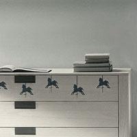 Стикер Paristic Карусель, 10 х 30 см43409Добавьте оригинальность вашему интерьеру с помощью необычного стикера Карусель. Изображение на стикере выполнено в виде 5 лошадок, которых можно встретить на любимом всеми детском аттракционе карусель. Изображения можно разделить и разместить в любых местах в выбранном вами помещении, создав тем самым необычную композицию. Необыкновенный всплеск эмоций в дизайнерском решении создаст утонченную и изысканную атмосферу не только спальни, гостиной или детской комнаты, но и даже офиса. Стикер выполнен из матового винила - тонкого эластичного материала, который хорошо прилегает к любым гладким и чистым поверхностям, легко моется и держится до семи лет, не оставляя следов. Сегодня виниловые наклейки пользуются большой популярностью среди декораторов по всему миру, а на российском рынке товаров для декорирования интерьеров - являются новинкой. Paristic - это стикеры высокого качества. Художественно выполненные стикеры, создающие эффект обмана зрения,...