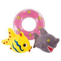 Набор игрушек для ванной Веселое купание: рыбка, акула25082Набор игрушек для ванной Веселое купание, изготовленный из прочного безопасного материала, состоит из рыбки, акулы и пластикового спасательного круга. На игрушках есть специальные отверстия, с помощью которых они будут брызгаться. Игрушки порадуют малыша и превратят купание в удовольствие, а игра с ними поможет развить мелкую моторику рук, воображение и концентрацию внимания.