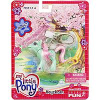 Брелок My Little Pony: Minty100904Брелок My Little Pony: Minty выполнен в виде симпатичной пони с красивыми голубыми глазами и шикарной длинной гривой, которая привлечет внимание Вашей малышки и не позволит ей скучать. Если нажимать пони на хвост, ее голова будет опускаться и подниматься. Такой брелок послужит отличным подарком.