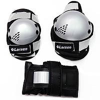 Защита роликовая Larsen P3G. Размер M202482Роликовая защита Larsen P3G состоит из налокотников, наколенников и защиты запястья. Такая роликовая защита будет отличным дополнением к Вашим роликам.