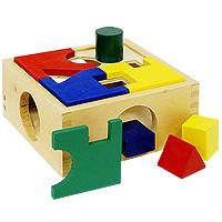 Бомик Мягкий конструктор Трактор с тележкой361Яркая игрушка-сортер выполнена в виде прямоугольной коробки с крышкой и четырех объемных геометрических фигур: квадрата, круга, прямоугольника и треугольника. Крышка коробки состоит из четырех разноцветных пластин, которые нужно соединить так, чтобы при сопоставлении сторон получились отверстия, в которые вставляются объемные геометрические фигуры. Причем отверстия на коробке имеют ту же форму, что и фигуры. Игрушка-сортер развивает у малыша моторику, логику, воображение, концентрацию внимания и цветовое восприятие. Формирует геометрическое видение предметов.