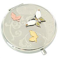Зеркало косметическое Три бабочки98-0564AИзящное двустороннее зеркальце Три бабочки серебристого цвета станет идеальным подарком представительнице прекрасного пола, ведь даже самая маленькая дамская сумочка обязательно вместит в себя миниатюрное зеркальце - атрибут каждой модницы. Круглый корпус зеркала выполнен из высококачественной стали с зеркальной поверхностью и оформлен декоративным тиснением, объемными бабочками и разноцветными хрустальными стразами. Под корпусом расположены два зеркальца - обычное и увеличивающее. В комплект входит специальный чехол из искусственной замши для хранения зеркальца, а упаковано оно в фирменную подарочную коробку нежного розового цвета. Характеристики: Диаметр корпуса зеркала: 6,5 см. Материал: сталь, эмаль, хрусталь, текстиль. Размер упаковки: 11 см x 12,5 см x 3 см. Производитель: Франция. Изготовитель: Китай. Артикул: 98-0564A. Изысканные сувениры Jardin dEte отличаются одновременно эстетической красотой и функциональностью и создают...