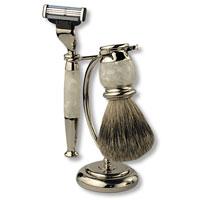 Бритвенный набор S.Quire, цвет: серебряный, с белым перламутром. 62136213Бритвенный набор S.Quire - станет отличным подарком для мужчины. Набор состоит из помазка, бритвенного станка и подставки под эти предметы. Помазок выполнен из тончайшего натурального ворса (чистый барсучий необрезанный волос). Бритвенный станок оснащен оригинальными лезвиями Mach 3 Turbo фирмы Gillette. Ручки станка и помазка выполнены из прочного пластика с элементами из высококачественной нержавеющей стали. Подставка изготовлена из высококачественной стали с нержавеющим и не тускнеющим покрытием. Такой набор отлично впишется в интерьер ванной комнаты. Характеристики: Материал: нержавеющая сталь, пластик, натуральная щетина. Длина бритвенного станка: 14 см. Длина помазка: 10 см. Размер подставки: 13 см х 9 см х 6 см. Размер упаковки: 16,5 см х 8,5 см х 10,5 см. S.Quire - это коллекция модных, элегантных, стильных аксессуаров для мужчин, разработанная европейскими дизайнерами и отражающая все тенденции...