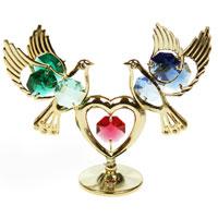 Фигурка декоративная Голуби с сердцем, цвет: золотистый67476Декоративная фигурка выполнена в виде двух голубей, которые держат сердце, и оформленных разноцветными кристаллами Сваровски. Фигурка будет вас радовать и достойно украсит интерьер вашего дома или офиса. Вы можете поставить украшение в любом месте, где оно будет удачно смотреться и радовать глаз. Кроме того, эта фигурка - отличный вариант подарка для ваших близких и друзей. Характеристики: Материал: металл, австрийские кристаллы. Размер: 9,5 см х 7 см х 3 см. Размер упаковки: 9 см х 10 см х 6 см. Производитель: Китай. Артикул: 67475. Более чем 30 лет назад компания Crystocraft выросла из ведущего производителя в перспективную торговую марку, которая задает тенденцию благодаря безупречному чувству красоты и стиля. Компания создает изящные, качественные, яркие сувениры, декорированные кристаллами Swarovski различных размеров и оттенков, сочетающие в себе превосходное мастерство обработки металлов и самое высокое качество...