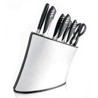 Набор ножей Apollo Magenta 9 шт CAP020CAP020Великолепный набор ножей Apollo Magenta изготовлен из первоклассной нержавеющей стали. Набор состоит из 6 ножей: кухонный нож, нож для мяса, хлебный нож, филейный нож, универсальный нож, нож для овощей. Также в набор входят кухонные ножницы и мусат. При изготовлении ножей используется специальная сталь с добавлением молибдена и ванадия, что позволяет ножу дольше держать заточку. Рукоятки выполнены из нержавеющей стали и бакелита методом термоформовки. Благодаря способу производства отсутствуют какие либо зазоры, что улучшает гигиеничность ножей. Ножи хранятся в стильной подставке из пластика Как известно, большая часть времени на кухне тратится на подготовку пищи к ее дальнейшей тепловой обработке, поэтому особенно важно, чтобы основной инструмент повара - нож, был создан под него, именно тогда процесс приготовления пищи доставляет кулинару истинное удовольствие. А это очень важно, ведь от настроения повара во многом зависит вкус готового блюда.
