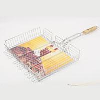 Решетка-гриль Искра, глубокая, большая, 41 х 31 смRDG-61Решетка Искра изготовлена из высококачественной стали с пищевым никелированным покрытием. Идеально подходит для мангалов и барбекю, позволяет регулировать толщину продуктов за счет верхней зажим-сетки и использовать ее для приготовления большого разнообразия блюд. Решетка имеет широкое фиксирующее кольцо на ручке, что обеспечивает надежную фиксацию. Специальная деревянная ручка предохраняет руки от ожогов, а также удобна для обхвата двумя руками, что позволяет легко переворачивать решетку. Характеристики: Материал: сталь. Размер решетки: 41 см x 31 см. Высота решетки: 6,5 см. Длина ручки: 38 см. Производитель: Россия. Изготовитель: Китай. Артикул: RDG-61.