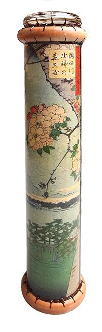 Калейдоскоп Сакура. Из серии 100 видов Эдо. Цветная печать, металл, лак, зеркала, стекло, акрил, дерево. Авторская работаa010Длина 26,5 см, диаметр 5,5 см. Ручная работа. Автор Дмитрий Берман. При осздании калейдоскопа использовалась репродукция графюры Хоцусика Хокусая Сакура. Из серии 100 видов Эдо. Каждый из калейдоскопов — это единственный в своем роде арт-объект. В процессе его создания используются авторские репродукции, натуральные материалы. Цветные стекла для создания внутреннего орнамента также набираются вручную, это означает, что узор Вашего калейдоскопа всегда будет неповторим. Доказано, что 15 минут рассматривания картинок в калейдоскопе оказывают релаксирующее действие, сравнимое по целебности с 5 минутами здорового смеха. Цвета прибора и удивительные по красоте композиции помогают улучшить самочувствие и даже эффективность работы.