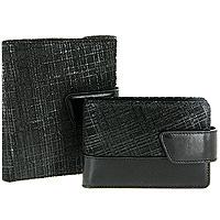 Подарочный набор Rino: еврокошелек, футляр для кредитных карт, цвет: черный4745Подарочный набор Rino , состоящий из еврокошелька и футляра для кредитных карт, станет отличным подарком для человека, ценящего качественные и практичные вещи. Элегантные, выдержанные в строгом стиле, еврокошелек Rino и футляр для кредиток выполнены из натуральной кожи черного цвета с фактурным тиснением. Закрываются хлястиком на кнопку. Конструкция еврокошелька рассчитана как на российские купюры, так и на евро. Монетник вмещает много монет, а его наружное расположение делает доступ к монетам быстрым и удобным. Еврокошелек внутри состоит из двух крупных отделений, семи маленьких отделений для визиток, пластиковых карт и мелких бумаг, прозрачного окна для фотографии, двух отделений для sim-карт и объемного наружного кармана для монет, который закрывается на кнопку. Футляр состоит из четырех кожаных и двенадцати прозрачных двусторонних отделений для визиток и пластиковых карт. Набор упакован в подарочную коробку из плотного картона.