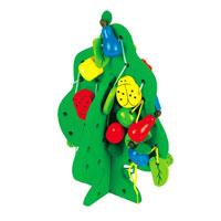 Игра-шнуровка ДеревоД104Игра-шнуровка Дерево непременно понравится вашему малышу и не позволит ему скучать. В комплект игры входят две деревянные основы, из которых собирается деревце, 42 деревянные формочки в виде цветочков, букашек и фруктов и три шнурка зеленого, желтого и розового цветов. На игрушках проделаны сквозные круглые отверстия, через которые продевается шнурок, и затем с помощью шнурка игрушка подвязывается на деревце. С помощью игры ребенок познакомится с цветами и формами, а также разовьет логическое мышление и мелкую моторику рук. Характеристики: Материал: дерево, текстиль. Средний размер игрушки: 3,5 см x 1,5 см x 0,5 см. Размер большего основания: 16 см x 23 см x 1 см. Размер меньшего основания: 14,5 см x 16,5 см x 1 см. Размер упаковки: 17 см x 26,5 см x 6 см.
