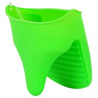 Прихватка термостойкая Vortex силиконовая11053Силиконовая прихватка Vortex позволяет защитить ладонь и пальцы от нежелательного воздействия высоких температур. Ребристая внутренняя поверхность прихватки предотвращает скольжение. Материал устойчив к фруктовым кислотам, можно мыть и сушить в посудомоечной машине.