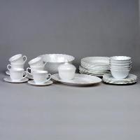 Столовый набор Trianon Blanc, 40 предметов00193Белоснежный столовый набор Trianon Blanc, изготовленный из стеклокерамики, создаст отличное настроение во время обеда, будет уместен на любой кухне и понравится каждой хозяйке. Необычная форма предметов придает набору оригинальность и торжественность. Набор состоит из 6 больших тарелок, 6 глубоких тарелок, 6 малых тарелок, 6 чашек, 6 блюдец, большого салатника, 6 малых салатников, сахарницы и блюда. Все предметы набора изготовлены из упрочненного декорированного стекла, благодаря чему посуда будет использоваться очень долго, при этом сохраняя свой внешний вид. Практичный и современный дизайн делает набор довольно простым и удобным в эксплуатации.