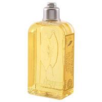 Шампунь LOccitane Вербена, для частого применения, 250 мл348161Шампунь LOccitane Вербена хорошо очищает волосы, не раздражая при этом кожу головы. Придает волосам мягкость, блеск и силу. Содержит органический экстракт вербены, эфирное масло лимона и настой из цветков липы. После использования волосы приобретают легкий цитрусовый аромат. Подходит для ежедневного использования. Характеристики: Объем: 250 мл. Производитель: Франция. Артикул: 152935. Loccitane (Л окситан) - натуральная косметика с юга Франции, основатель которой Оливье Боссан. Название Loccitane происходит от названия старинной провинции - Окситании. Это также подчеркивает идею кампании - сочетании традиций и компонентов из Средиземноморья в средствах по уходу за кожей и для дома. LOccitane использует для производства косметических средств натуральные продукты: лаванду, оливки, тростниковый сахар, мед, миндаль, экстракты винограда и белого чая, эфирные масла розы, апельсина, морская соль также идет в дело. Специалисты компании с особой...