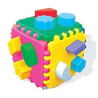 Развивающая игра Логический куб. 0131601316Развивающая игра Логический куб состоит из различных деталей и фигур, отличающихся друг от друга цветом, формой, размером, толщиной. Они позволяют моделировать всевозможные фигурки с заданными свойствами. Логические игры вырабатывают умение узнавать и различать форму или изображение предмета, его цвет, развивают творческое и пространственное воображение, абстрактное мышление, а также учат классифицировать, обобщать, сравнивать.