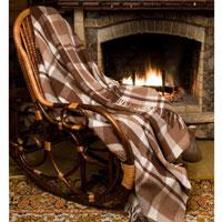 Плед шерстяной Терра, цвет: коричневый, 170 х 200 смПА-170-2002Приятный на ощупь плед Терра добавит комнате уюта и согреет в прохладные дни. Плед выполнен из натуральной шерсти альпаки. Удобный размер этого очаровательного пледа позволит использовать его и как одеяло, и как покрывало для кресла или софы. Такое теплое украшение может стать отличным подарком друзьям и близким! Альпака - редкое животное, обитающее как и лама в Перу, на высокогорье Анд. По сей день шерсть этих животных называют божественное волокно. Живут альпаки на высоте 4000-5000 м в экстремальных климатических условиях. Там очень сильное солнечное излучение, дуют холодные ветра и наблюдаются резкие перепады температур от - 20 градусов в ночное время до + 15 - 18 градусов днем. Для выживания в таких условиях альпаки должны обладать особой шерстью: легкой, тонкой, мягкой и при этом настолько плотной, чтобы не пропускать воду. Изделия из шерсти альпаки обладают непревзойденным качеством. Во всем мире их относят к самым дорогим товарам. Для изготовления...
