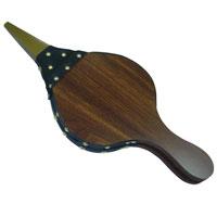 Меха для жаровни Top-style5004-BBQБлагодаря мехам для розжига Top Style теперь можно легко разжечь древесный уголь или брикеты. Острый железный наконечник имеет сопротивляемость к высоким температурам внутри барбекю. Для удобства пользования предназначена петля, с помощью которой можно подвесить меха для розжига на сук дерева или крючок. Характеристики: Материал: ДСП, металл, искусственная кожа. Размер : 40,5 см х 17,5 см х 2,5 см. Производитель: Бельгия. Артикул: 5004-BBQ.