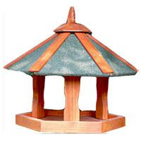 Кормушка для птиц Triol. BHW1018BHW1018Кормушка для птиц, выполненная из дерева, представляет собой небольшой подвесной домик. Такая кормушка будет отлично смотреться в вашем саду. Уважаемые клиенты! Товар поставляется в разобранном виде. Характеристики: Материал: дерево. Размер кормушки: 47,5 см х 47,5 см х 36 см. Размер упаковки: 32 см х 40 см х 4 см. Производитель: Китай. Артикул: BHW1018.