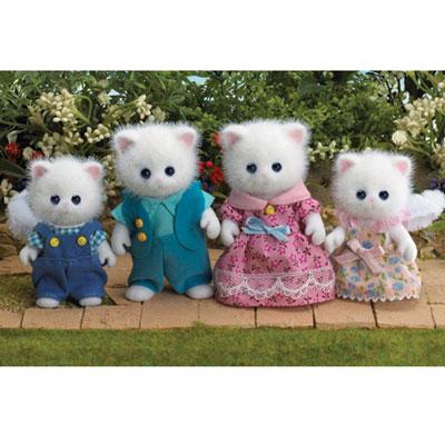 Игровой набор Семья персидских котов3137Игровой набор Семья персидских котов состоит из четырех фигурок веселых котиков: мамы, папы, дочки и сына. Такая семья непременно понравится вашему малышу, и он сможет придумывать для них свои истории. Компания была основана в 1985 году, в Японии. Sylvanian Families очень популярен в Европе и Азии, и, за долгие годы существования, компания смогла добиться больших успехов. 3 года подряд в Англии бренд Sylvanian Families был признан Игрушкой Года. Сегодня у героев Sylvanian Families есть собственное шоу, полнометражный мультфильм и сеть ресторанов, работающая по всей Японии. Sylvanian Families - это целый мир маленьких жителей, объединенных общей легендой. Жители страны Sylvanian Families - это кролики, белки, медведи, лисы и многие другие. У каждого из них есть дом, в котором есть все необходимое для счастливой жизни. В городе, где живут герои, есть школа, больница, рынок, пекарня, детский сад и множество других полезных объектов. Жители этой...