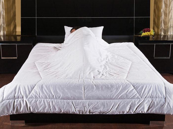 Одеяло Фен-Шуй, 140 см х 205 см12fs31110-29Белое одеяло Фен-Шуй - это неповторимое сочетание идеального цвета и уникальной стежки, благодаря которой одеяло надежно облегает ваше тело. В такой мягкой колыбели вы надежно защищены от негативной энергии, а чистый белый цвет одеяла впитывает положительную энергию и передает ее вам. Наполнитель одеяла, гипоаллергенный экофайбер, гарантирует комфортный микроклимат в любое время года, что делает одеяло универсальным. Чехол выполнен из сатин-жаккарда, что дарит одеялу надежное переплетение и переливы ткани. Чехол обрамлен атласным кантом в тон.