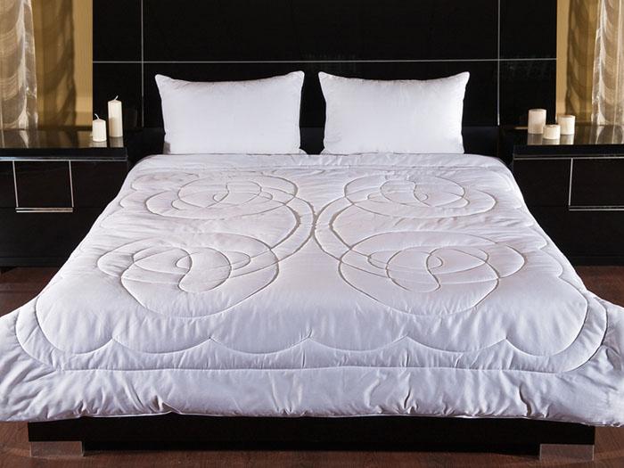 Одеяло Apollina, 200 х 220 см123331206-ApОдеяло Apollina в чехле из белоснежного сатина с декоративной стежкой наполнено шерстью кашгоры. Кашгора - это порода коз, полученная в результате скрещивания кашемировой и ангорской козы. Кашгора сочетает в себе натуральный сверкающий белый цвет мохера и мягкость кашемира. Шерсть обладает замечательными свойствами: необычайно мягкая; отлично регулирует температуру во время сна; обладает высокими показателями гигроскопичности, т. к. впитывает влагу до 30% от собственного веса; благодаря способности хорошо сохранять тепло кашгора подходит для мерзнущих людей. Характеристики: Материал чехла: сатин (100% хлопок). Наполнитель: шерсть кашгоры. Размер одеяла: 200 см х 220 см. Производитель: Россия. Степень теплоты: 4. ТМ Primavelle - качественный домашний текстиль для дома...