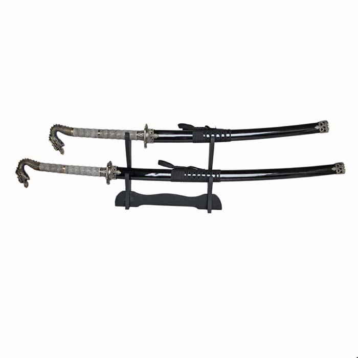 Набор самурайских мечей: катана и вакидзаси на подставке, 105 см31131Самурайский меч соединяет в себе духовный и материальный миры, физическое и духовное начало... Набор самурайских мечей состоит из длинного меча - катаны, среднего - вакидзаси. Изготовлены они в традиционном японском стиле из стали, ножны украшены резьбой. Этот набор - изысканный подарок поклонникам культуры Востока и прекрасное дополнение интерьера вашей квартиры или офиса. В качестве настенного украшения самурайские мечи использовались еще с древности, знаменуя собой подвиги славных предков. Благодаря специальной подставке, Вы можете не только повесить мечи на стену, но и поставить в любое удобное для Вас место! Характеристики: Материал: коррозионностойкая сталь, дерево, ПМ. Производитель: Китай.