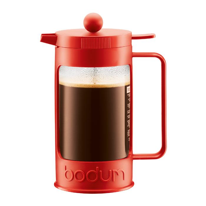 Кофейник Bodum Bean с прессом, цвет: красный, 1 л11376-294Кофейник Bean займет достойное место на вашей кухне. Колба изготовлена из боросиликатного стекла и помещена в красочную пластиковую оправу, которая эффективно защищает стекло. Кофейник оснащен фильтром french press из нержавеющей стали. Содержимое кофейника невозможно пролить, даже если его опрокинуть, так как кофейник снабжен силиконовой прокладкой между крышкой и стеклом. Налить кофе в чашку можно, нажав рычаг на кофейнике. В комплект входит мерная ложечка из пластика. Современный дизайн полностью соответствует последним модным тенденциям в создании предметов бытовой техники. Настоящим ценителям натурального кофе широко известны основные и наиболее часто применяемые способы его приготовления: эспрессо, по-турецки, гейзерный. Однако существует принципиально иной способ, известный как french press, благодаря которому приготовление ароматного напитка стало гораздо проще. Характеристики: Материал: стекло, нержавеющая сталь, пластик, силикон....