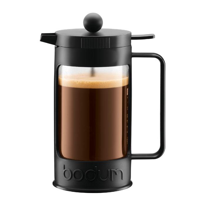 Кофейник Bodum Bean с прессом, цвет: черный, 0,35 л11375-01Кофейник Bean займет достойное место на вашей кухне. Колба изготовлена из боросиликатного стекла и помещена в красочную пластиковую оправу, которая эффективно защищает стекло. Кофейник оснащен фильтром french press из нержавеющей стали. Содержимое кофейника невозможно пролить, даже если его опрокинуть, так как кофейник снабжен силиконовой прокладкой между крышкой и стеклом. Налить кофе в чашку можно, нажав рычаг на кофейнике. В комплект входит мерная ложечка из пластика. Современный дизайн полностью соответствует последним модным тенденциям в создании предметов бытовой техники. Настоящим ценителям натурального кофе широко известны основные и наиболее часто применяемые способы его приготовления: эспрессо, по-турецки, гейзерный. Однако существует принципиально иной способ, известный как french press, благодаря которому приготовление ароматного напитка стало гораздо проще.