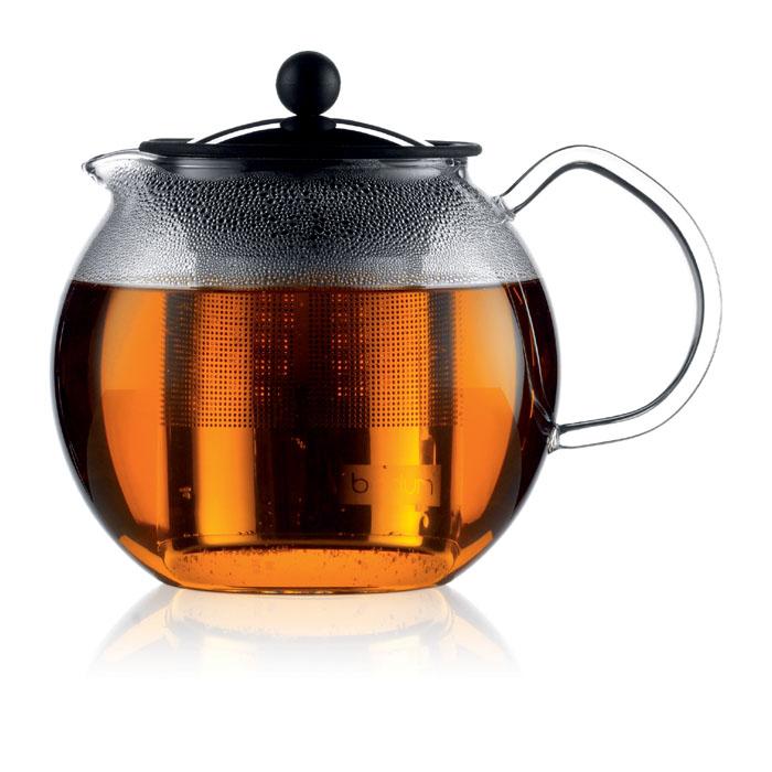 Френч-пресс Bodum Assam, 1 л1801-16Френч-пресс Bodum Assam займет достойное место на вашей кухне и позволит вам заварить свежий, ароматный чай. Засыпая чайную заварку в фильтр-сетку и заливая ее горячей водой, вы получаете ароматный чай с оптимальной крепостью и насыщенностью. Остановить процесс заварки чая легко. Для этого нужно просто опустить поршень, и заварка уйдет вниз, оставляя вверху напиток, готовый к употреблению. Чайник закрывается крышкой, изготовленной из нержавеющей стали с силиконовым уплотнителем. Современный дизайн полностью соответствует последним модным тенденциям в создании предметов бытовой техники. Диаметр френч-пресса по верхнему краю (без учета носика и ручки): 9 см. Максимальный диаметр френч-пресса: 12 см. Высота френч-пресса (с учетом крышки): 15 см.