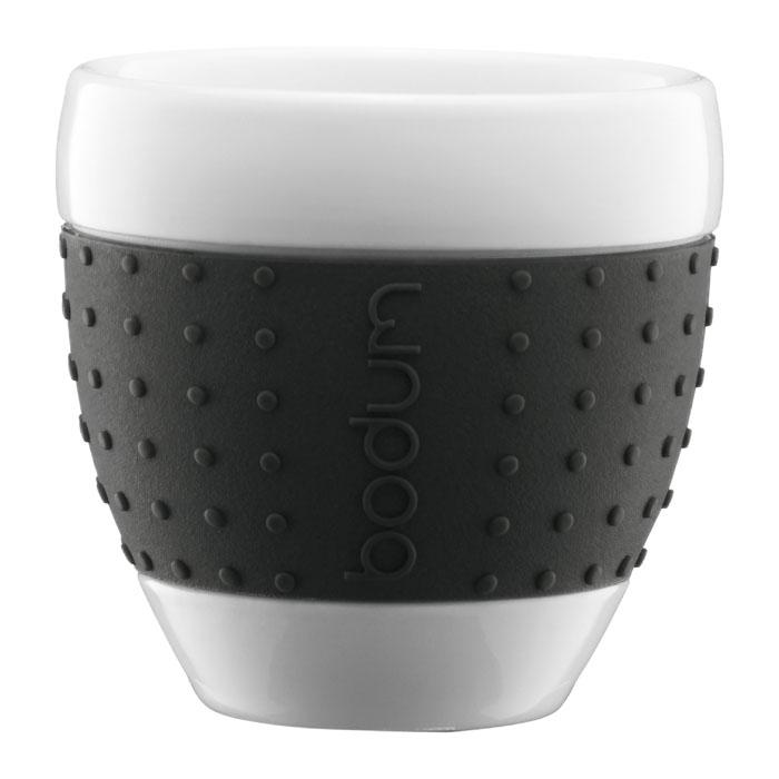 Набор стаканов Bodum Pavina 2 шт, 0,25л, цвет: черный 11184-0111184-01Фарфоровые стаканы с силиконовым ободком Pavina от Bodum - очень приятны на ощупь. Силиконовый ободок стакана защищает вашу руку от чрезмерно высокой температуры напитка и ваш стакан от того, чтобы он не выскользнул из ваших рук. Можно мыть в посудомоечной машине. Ограничения: Можно использовать в микроволновой печи. Можно ставить в морозильную камеру. Не использовать на индукционной плите. Не является жаропрочной посудой. Характеристики: Материал: фарфор, силикон. Объем стакана: 0,25 л. Диаметр основания стакана: 5 см. Диаметр стакана по верхнему краю: 8,5 см. Высота стакана: 9 см. Размер упаковки: 20 см х 10,5 см х 10,5 см. Изготовитель: Швейцария. Артикул: 11184-01.