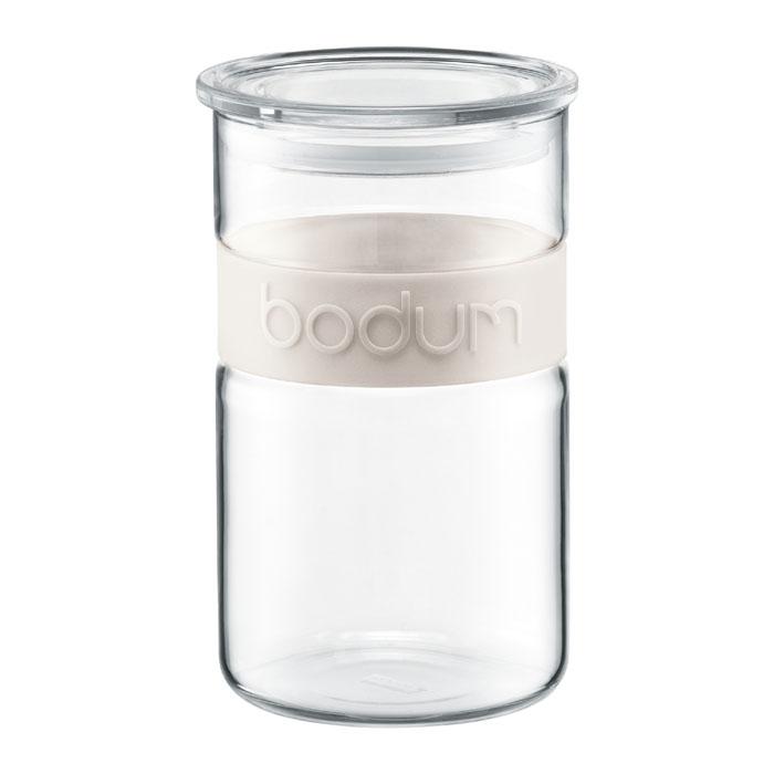 Банка для хранения Bodum Presso, цвет: белый, 1 л11099-913Банка для хранения Bodum Presso изготовлена из прозрачного стекла со вставкой из приятного на ощупь силикона. Стеклянная посуда не впитывает запахов продуктов и очень удобна в использовании. Банка оснащена плотно закрывающейся пластиковой крышкой с термоусадкой. Благодаря этому внутри сохраняется герметичность, и продукты дольше остаются свежими. Изделие предназначено для хранения различных сыпучих продуктов: круп, чая, сахара, орехов и многого другого. Функциональная и вместительная, такая банка станет незаменимым аксессуаром на любой кухне. Можно мыть в посудомоечной машине. Объем банки: 1 л. Диаметр банки (по верхнему краю): 9,5 см. Высота банки: 16,5 см.
