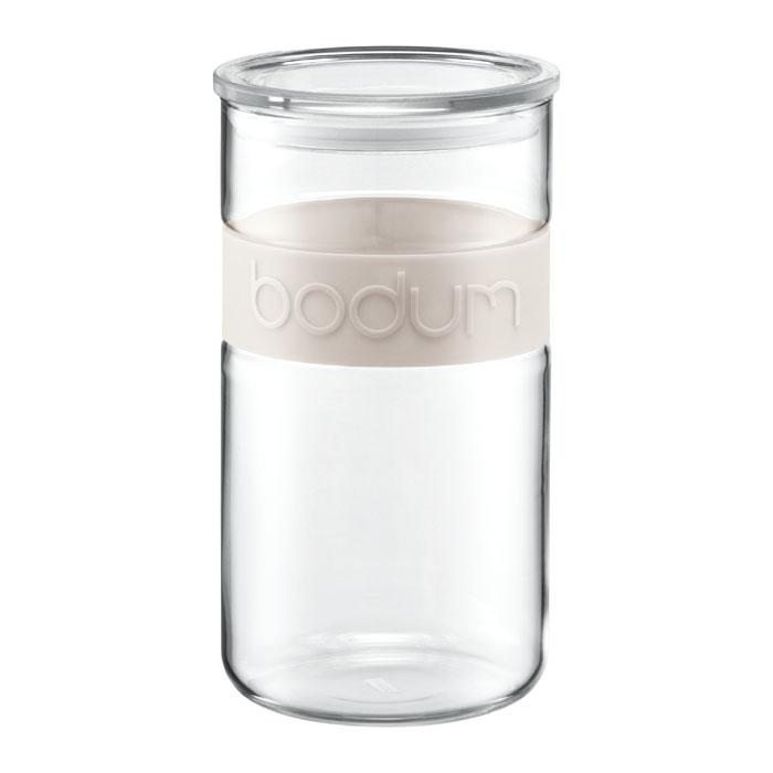 Банка для хранения Presso, цвет: белый, 2 л11130-913Банка для хранения Presso изготовлена из прозрачного стекла, обхват из приятного на ощупь силикона. Стеклянная посуда не впитывает запахов продуктов и очень удобна в использовании. Все вещи, входящие в обновленную коллекцию Presso, сделаны с использованием двух современных материалов – силикона и боросиликатного стекла. Оба эти материала выдерживают нагрев до очень высоких температур и приспособлены для мытья в посудомоечной машине. Характеристики: Материал: стекло, силикон. Объем: 2 л. Цвет: белый. Размер упаковки: 24 см х 13 см х 13 см. Производитель: Швейцария. Артикул: 11130-913.