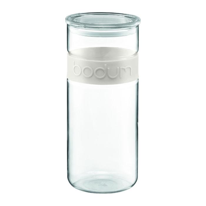 Банка для хранения Presso, цвет: белый, 2,5 л11131-913Банка для хранения Presso изготовлена из прозрачного стекла, обхват из приятного на ощупь силикона. Стеклянная посуда не впитывает запахов продуктов и очень удобна в использовании. Все вещи, входящие в обновленную коллекцию Presso, сделаны с использованием двух современных материалов - силикона и боросиликатного стекла. Оба эти материала выдерживают нагрев до очень высоких температур и приспособлены для мытья в посудомоечной машине. Характеристики: Материал: стекло, силикон. Объем: 2,5 л. Высота банки (без крышки): 27 см. Диаметр основания: 11,5 см. Цвет обхвата: белый. Размер упаковки: 12,5 см х 29 х 12,5 см. Изготовитель: Чехия. Производитель: Швейцария. Артикул: 11131-913.