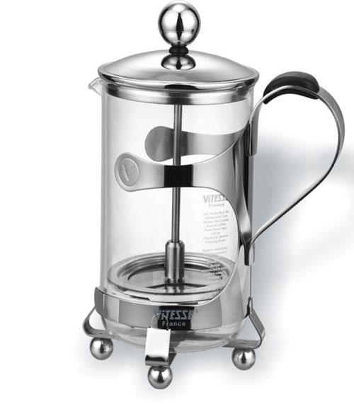 Кофеварка френч-пресс Vitesse Margeret, 0,6 л. VS-1801VS-1801Кофеварка Vitesse Margeret с фильтром френч-пресс поможет вам в приготовлении ароматного кофе. Кофеварка выполнена из термостойкого стекла и высококачественной нержавеющей стали 18/10 с зеркальной полировкой, которая обеспечивает безупречный внешний вид изделия, легкую очистку после использования и долгий срок службы. В комплект входит мерная ложечка, выполненная из пластика. Уникальный дизайн полностью соответствует последним модным тенденциям в создании предметов бытовой техники. Настоящим ценителям натурального кофе широко известны основные и наиболее часто применяемые способы его приготовления: эспрессо, по-турецки, гейзерный. Однако существует принципиально иной способ, известный как french press, благодаря которому приготовление ароматного напитка стало гораздо проще. Метод french press прост: в теплый кофейник насыпают кофе грубого помола и заливают горячей водой. После того, как напиток настоится 3-5 минут, гущу отделяют поршнем с сеткой - и...