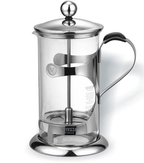 Кофеварка Vitesse Doreen, 800 млVS-1803 NEW!!!Кофеварка Vitesse Doreen с фильтром френч-пресс изготовлена из высококачественной нержавеющей стали, а колба из термостойкого стекла. Предназначена для заваривания чая и кофе. Встроенный в крышку пресс-фильтр позволит приготовить за 3-5 минут несколько чашек чая или кофе. Конструкция носика антикапля удобна для разливания напитков в чашки. Уникальный дизайн полностью соответствует последним модным тенденциям в создании предметов бытовой техники. К кофеварке прилагается пластиковая мерная ложечка. Изделие пригодно для мытья в посудомоечной машине. Настоящим ценителям натурального кофе широко известны основные и наиболее часто применяемые способы его приготовления: эспрессо, по-турецки, гейзерный. Однако существует принципиально иной способ, известный как french press, благодаря которому приготовление ароматного напитка стало гораздо проще. Метод french press прост: в теплый кофейник насыпают кофе грубого помола и заливают горячей водой. После...