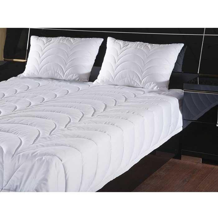 Одеяло Rima, облегченное, 140 х 205 см121031302-29Летнее одеяло Rima с оригинальной стежкой волны наполнено тонким слоем экофайбер. Экофайбер - гипоаллергенный наполнитель, который не впитывает пыль и запахи. Такое одеяло дарит прохладный сон летом. Стежка равномерно распределяет наполнитель в чехле. Простое в уходе, одеяло легко стирается в бытовой стиральной машине и быстро высыхает. Ваше одеяло прослужит долго, а его изысканный внешний вид будет годами дарить вам уют. Объем изделия достигается за счет стежки. Широкая окантовка надежно фиксирует одеяло в постельном белье и предотвращают сбитие одеяла в одну точку во время сна.