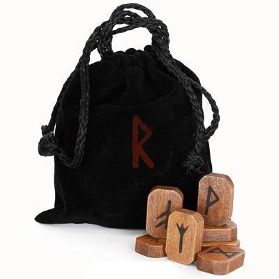 Руны Lo Scarabeo деревянные, в коробке, 25 штук. RUNE02КRUNE02КРуны для гадания выполнены из дерева, на каждой из которых выгравирован свой знак. Набор состоит из 25 рун. К набору прилагается инструкция на английском, итальянском, испанском, французском и немецком языках. Руны упакованы в мешочек, затягивающийся сверху шнурком. Мешочек выполнен из приятного на ощупь материала и вложены в картонную коробку. Руны - письменность древних германцев. Применялась с I-II по XII век на территориях современной Дании, Швеции и Норвегии, по X-XIII век в Исландии и Гренландии, а в шведской провинции Даларна вплоть до XIX века. После принятия христианства в странах Северной Европы руны как письменность были вытеснены латиницей, но с XX века их стали использовать для гадания и в качестве символики. Сам термин руны имеет связь с древнегерманским корнем ru (тайна). Каждая руна имела свое название. Первоначальные названия рун не сохранились, но их предположительные названия были восстановлены из названий рун в более поздних...