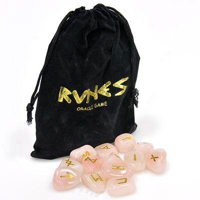 Руны Lo Scarabeo Розовый кварц, в коробке, 25 штук. RUNE03КRUNE03КРуны для гадания выполнены из розового кварца. Этот камень отлично подходит для рун, очень крепкий, не побьется и не расколется во время сеанса гадания. Розовый кварц считают символом хорошего здоровья и чистой любви - он бережет ее от разрушения, учит людей прощать друг друга. Набор состоит из 25 рун, на каждой из которых выгравирован свой знак и покрыт золотистой краской. Также к набору прилагается инструкция на английском, итальянском, испанском, французском и немецком языках. Руны упакованы в мешочек, затягивающийся сверху шнурком, и вложены в картонную коробку. Мешочек выполнен из бархатистого материала. Руны - это не только древнейший оракул скандинавских и германских племен Северной Европы, это еще и устоявшаяся магическая система гадания, помогающая находить ответы и пути решения самых разных проблем и вопросов. При достойном отношении к Рунам как к серьезному гаданию, вы убедитесь, что Руны могут помогать находить верные решения в сложных ситуациях,...