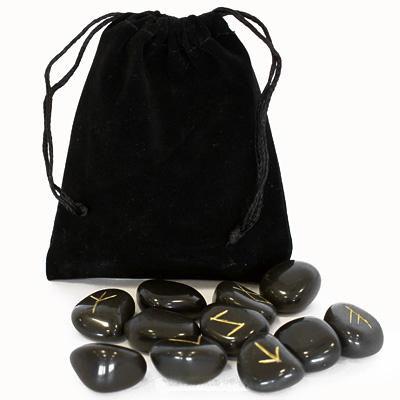 Руны Lo Scarabeo каменные, в коробке, 25 штук. RUNE01КRUNE01КРуны для гадания выполнены из камня. Этот камень отлично подходит для рун, очень крепкий, не побьется и не расколется во время сеанса гадания. Набор состоит из 25 рун, на каждой из которых выгравирован свой знак и покрыт золотистой краской. К набору прилагается инструкция на английском, итальянском, испанском, французском и немецком языках. Руны упакованы в мешочек, затягивающийся сверху шнурком, и вложены в картонную коробку. Мешочек выполнен из приятного на ощупь материала. Руны - это не только древнейший оракул скандинавских и германских племен Северной Европы, это еще и устоявшаяся магическая система гадания, помогающая находить ответы и пути решения самых разных проблем и вопросов. При достойном отношении к Рунам как к серьезному гаданию, вы убедитесь, что Руны могут помогать находить верные решения в сложных ситуациях, направлять ваши собственные решения в верное русло, показав вероятные события, предоставив на выбор несколько путей и предложив...