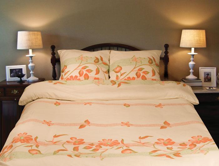Комплект белья Sonna. Цветочная река (2-х спальный КПБ, бязь, наволочки 70х70)С-1047-01_2-спальныйКомплект постельного белья Sonna. Цветочная река, изготовленный из бязи, поможет вам расслабиться и подарит спокойный сон. Комплект состоит из простыни, пододеяльников и двух наволочек. Постельное белье под маркой Sonna изготавливается из ткани с улучшенными потребительскими свойствами, рисунки создаются специально для этой продукции и часто обновляются в соответствии с последними тенденциями моды. Sonna станет гармоничной частью вашего интерьера и вашей повседневной жизни. Это постельное белье будет долго радовать вас, ведь оно не линяет и не садится. Бязь - 100 % хлопок, хлопчатобумажная ткань полотняного переплетения. Ткань прочная, мягкая, имеет внешний вид одинаковый с лицевой и изнаночной стороны. Обладает низкой сминаемостью, легко стирается и хорошо гладится. Страна: Россия. Материал: бязь (100% хлопок). Артикул: С-1047-01. В комплект входят: Пододеяльник - 1 шт. Размер: 175 см х 215 см. ...