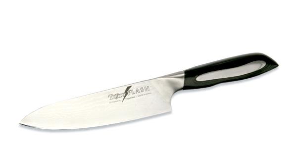 Нож поварской Tojiro Flash, длина лезвия 18 смFF-CH180Поварской нож Tojiro Flash выполнен из высококачественной 63-слойной нержавеющей стали, обладающей высокой твердостью и устойчивостью к коррозии. Лезвие обтекаемой формы оформлено японскими иероглифами. Эргономичная ручка позволяет держать нож свободно и максимально удобно. Рукояти ножей серии Tojiro Flash Damascus изготовлены с использованием материала Micarta. Этот материал используется при изготовлении туристических и охотничьих ножей, ножей, которые должны выдерживать экстремальные нагрузки при эксплуатации в неблагоприятных условиях. Стальные накладки рукояти приварены к хвостовику и окружены Micarta. Сталь придает рукоятям ножей серии Tojiro Flash Damascus должный вес, а Micarta обеспечивает неповторимый комфорт при работе этими ножами. Клинки ножей серии Tojiro Flash Damascus изготовлены из стали VG-10, разработанной специально для производства ножей. Клинки заточены до невероятной остроты, финишная заточка производится на японских водных камнях. Это...