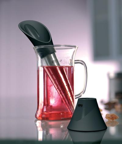Сито для чая Gefu Tealeaf12870Сито для чая Gefu Tealeaf изготовлено из высококачественного пластика и нержавеющей стали. Благодаря гармонично встроенной мерной ложке вы сможете легко отмерить необходимое количество чая для заваривания из бумажного пакета или контейнера. Конусная форма позволяет получить наилучший аромат напитка. После заваривания поместите сито в подставку, входящую в комплект. Для удаления использованного чая из сита достаточно перевернуть его и постучать о поверхность. Характеристики: Материал: пластик, нержавеющая сталь. Длина: 16,5 см. Размер упаковки: 10 см х 6 см х 18,5 см. Производитель: Германия. Артикул: 12870.