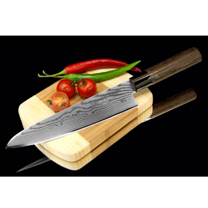 Нож поварской Tojiro Shippu, длина лезвия 21 смFD-594Поварской нож Tojiro Shippu выполнен из высококачественной 63-слойной нержавеющей стали. Нож займет достойное место среди аксессуаров на вашей кухне и поможет вам в быстром и легком приготовлении любых блюд. Он имеет легкий клинок, который идеально подходит для нарезки овощей, фруктов, сыра и приготовления бутербродов. Отлично режет овощи с неоднородной структурой (твердая кожица, мягкая сердцевина). Клинок ножа изготовлен по пакетной технологии: середина пакета из высокотвердой стали VG-10 (до 63 HRc) помещена в обкладки из дамасской стали. Такой клинок отличается повышенной устойчивостью к коррозии, а дамасские узоры выглядят очень эффектно и подчеркивают высокое качество изделия. Сечение клинка ножа - клинообразно, что позволяет режущей кромке клинка быть продолжительное время острой. Рукоятка ножа, выполненная из натурального дерева, имеет эргономичную форму, которая не позволит выскользнуть ему из вашей руки. Нож упакован в стильную подарочную коробку из плотного...